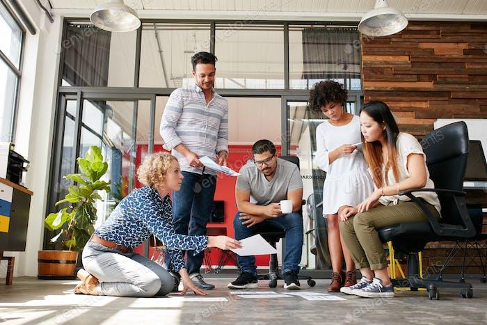 Designer planen Layout auf dem Boden des Büros