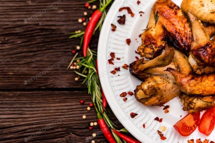 Hähnchenflügel gegrillt mit Gewürzen und Chilischote
