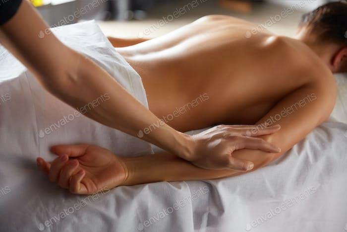 Ganzkörpermassage im Wellness-Salon