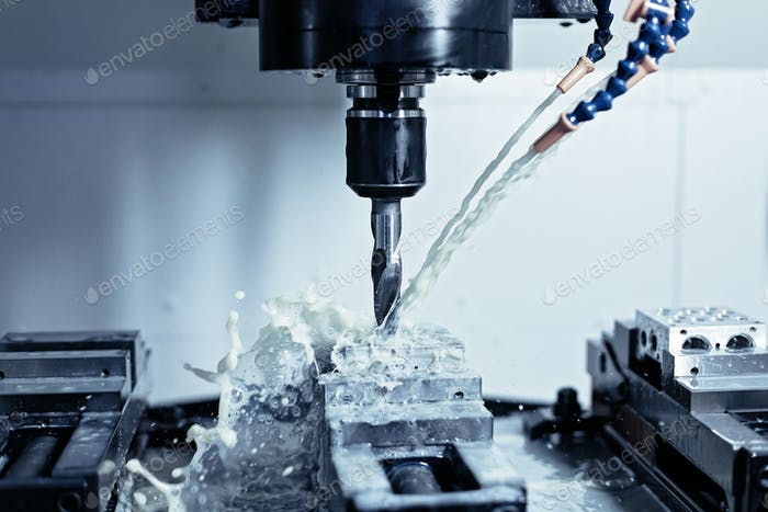 CNC milling machine with cutting fluid
