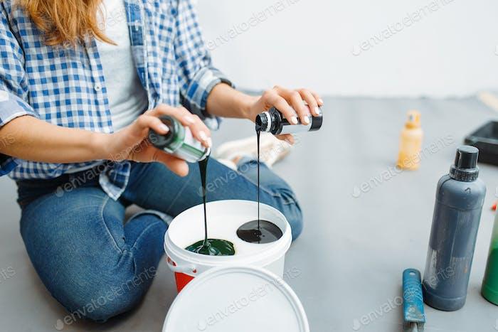 Женский дом художник смешивает краски