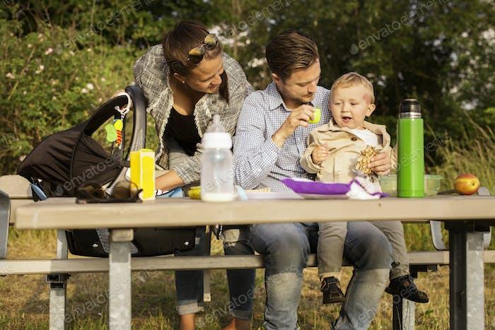 Famille par table pique-nique