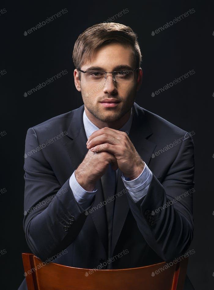 Vertical de Hombre atractivo