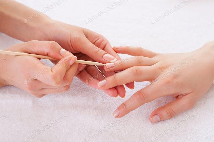 Preparación de uñas para manicura. Primer plano del maestro de manicura preparación de los clientes uñas para manicura