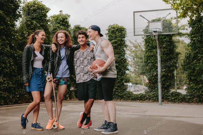 Multiracial Gruppe von Menschen auf Basketballplatz