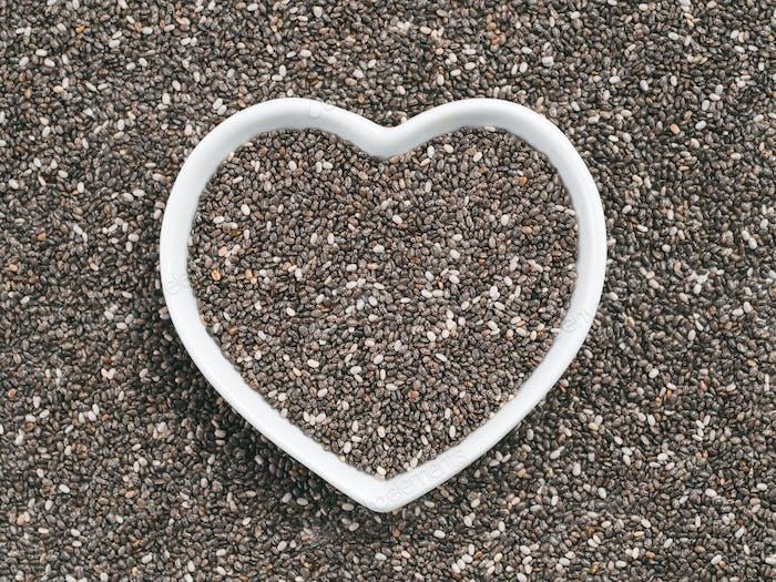 Herzförmige Schale mit Chiasamen