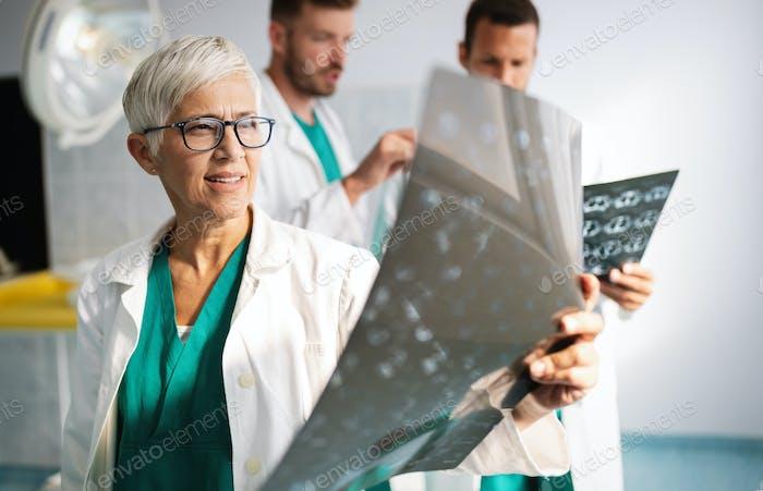 Ärzteteam Ärzte überprüfen auf Röntgenergebnisse im Krankenhaus