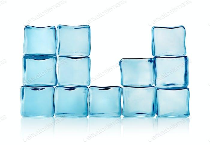 Figuren aus blauen Eiswürfeln isoliert