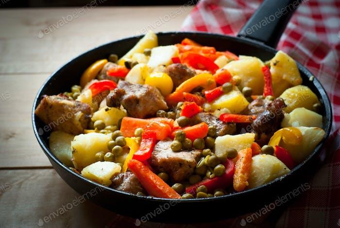 Fleisch mit Gemüse.