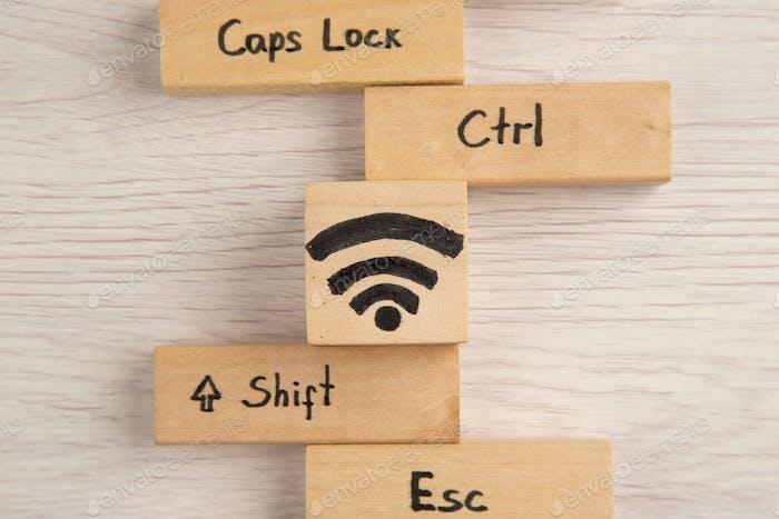 Draufsicht WiFi Shift Caps sperren Strg ESC Icons auf Holzblöcken auf dem Tisch