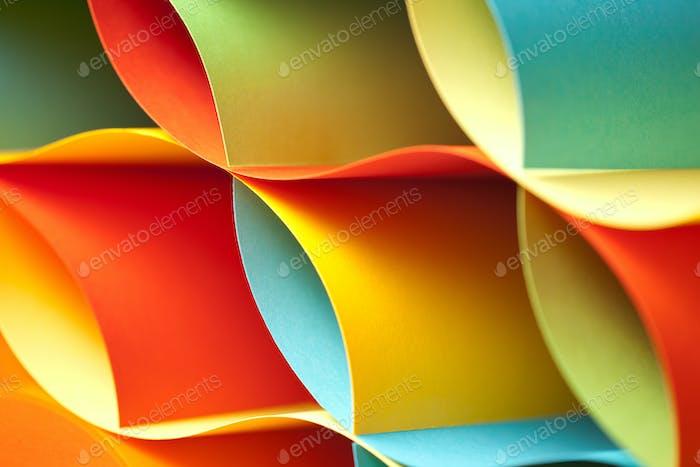 Detail von gebogenen, farbigen Blatt Papier