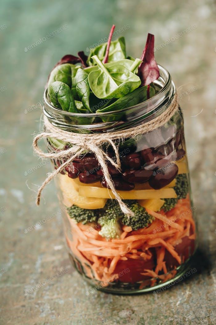 Gesunde hausgemachte Mason Jar Salat, gesunde Ernährung