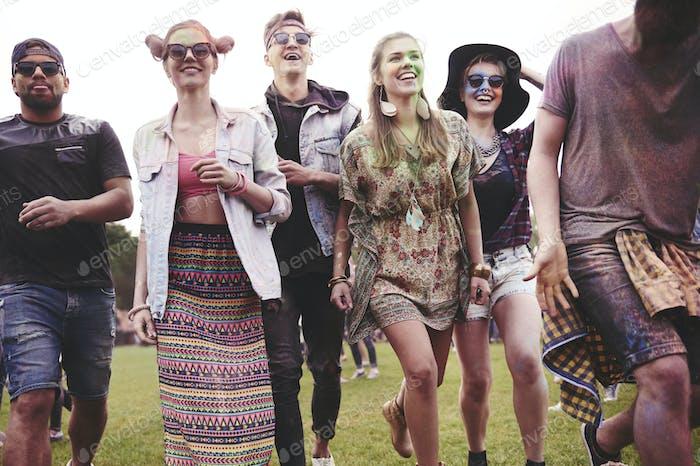 Laufende Freunde auf dem Festival