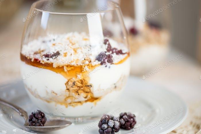 Granola Parfait mit griechischem Naturjoghurt