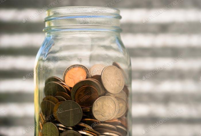 American Dollar Währung Münzen in Jar Pennies Nickels Quarters Dimes