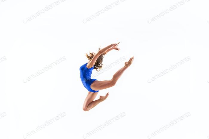 junge sportliche Frau tun akrobatische Übung