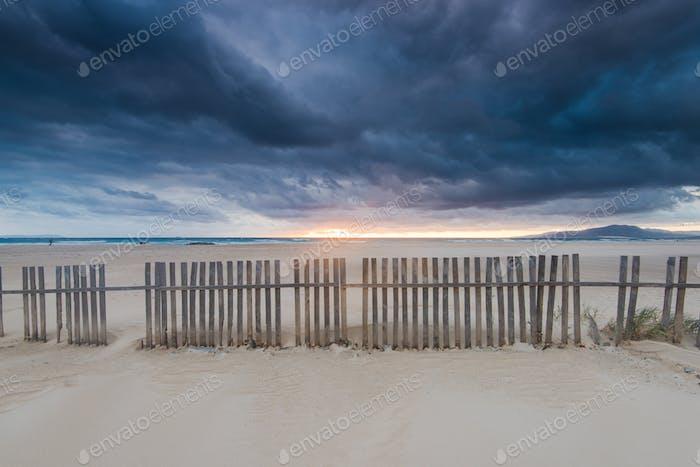 Wolkenlandschaft über Strand und Meer in Spanien, vor Sturm