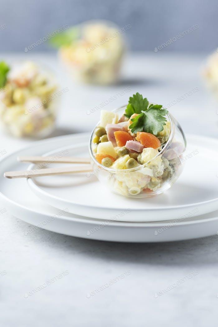 Traditioneller russischer Salat Olivier