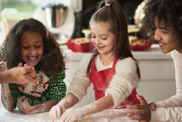 Frau und zwei Mädchen Vorbereitung Weihnachtskekse