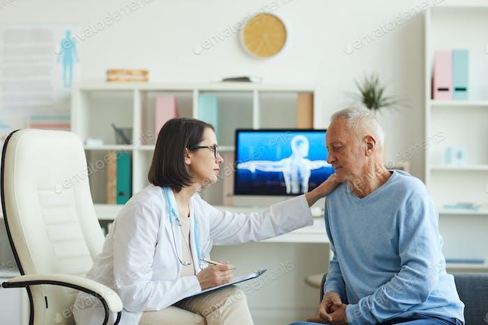 Ärztin im Gespräch mit Seniorpatienten
