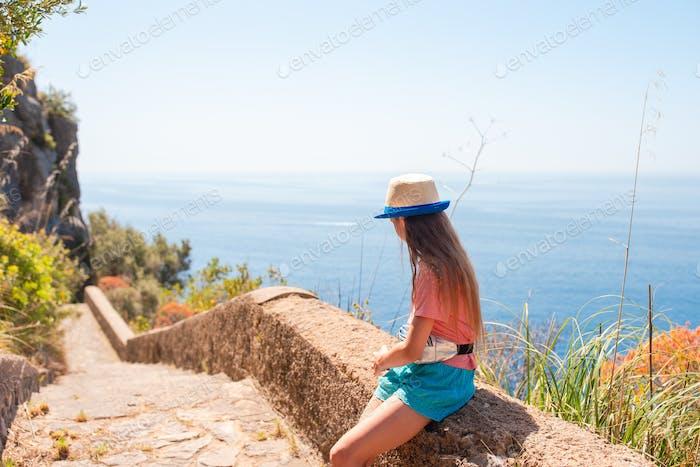Sommerurlaub in Italien. Kleines Mädchen im Hintergrund, Amalfiküste, Italien