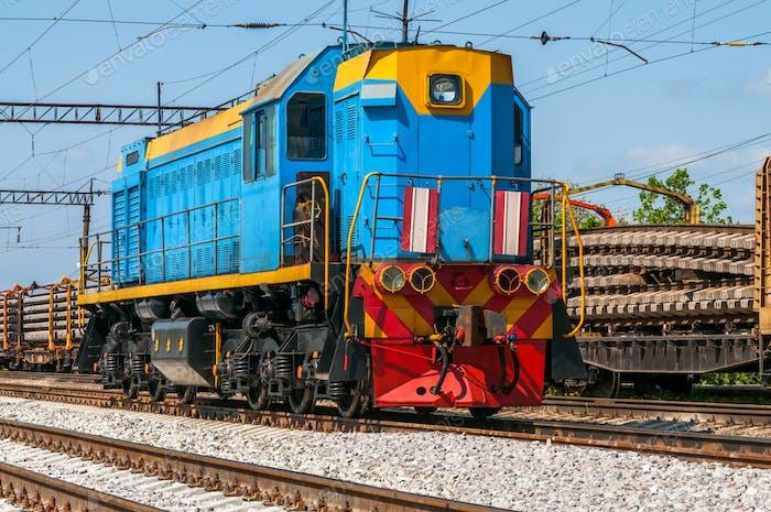 Zug mit spezieller Gleisausrüstung bei Reparaturen