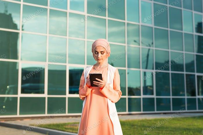 Mujer árabe Moderno con Tablet Ordenador