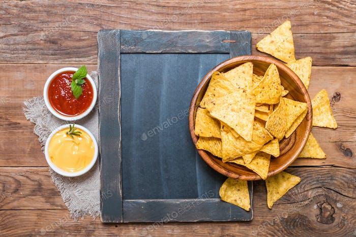 Mexikanischer Nacho mit Saucen und Kreidetafel