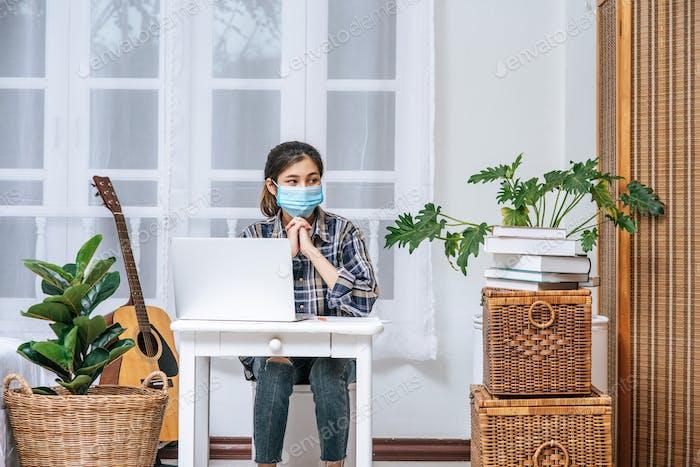 Las mujeres usan una computadora portátil en sus escritorios y están estresadas.