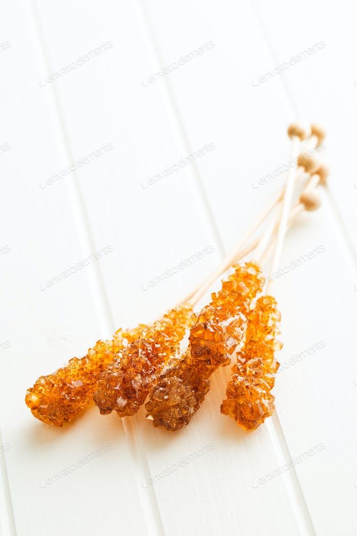 Brauner Bernstein Zuckerkristall auf Holzstab.