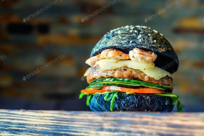 Hausgemachter Hamburger mit frischem Gemüse