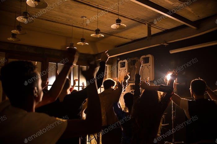 Junge Leute genießen Party im Club