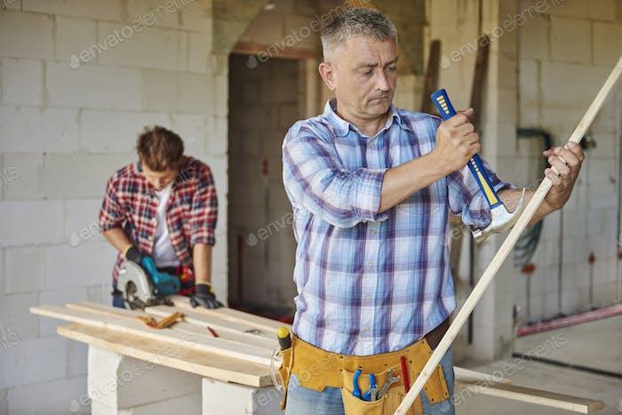 Мотивированный плотник и молоток в главном плане