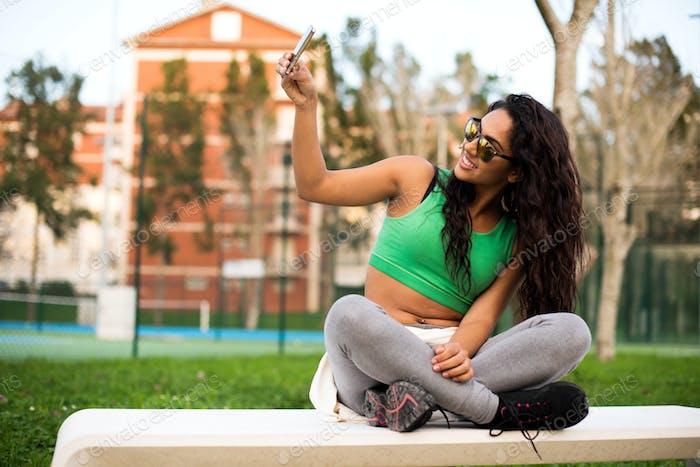 Frau nimmt Selfies