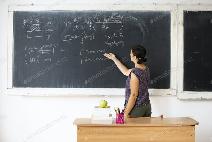 Lehrer im Klassenzimmer tragen Maske. Lernen während Coronavirus Pandemie Konzept.