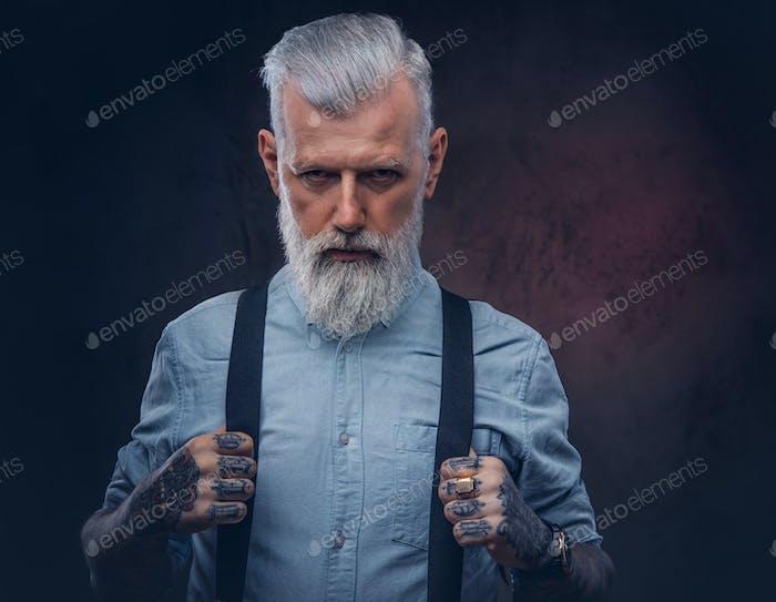Элегантный дедушка в позах рубашки на темном фоне