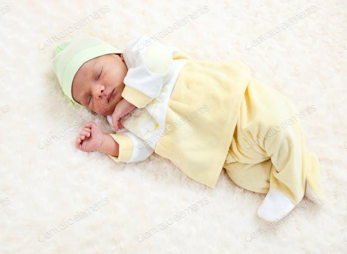 Eine Woche altes Baby schlafen