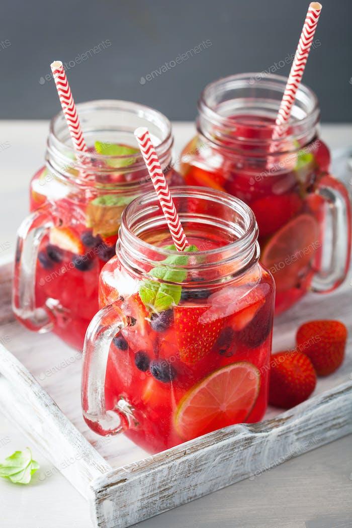 Sommerbeeren-Limonade mit Limette und Minze im Einmachglas