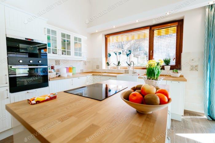 Moderne helle Küche