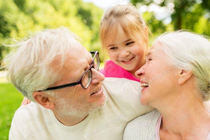 ältere Großeltern und Enkelin im Park
