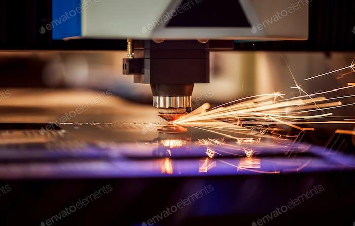 CNC Laserschneiden von Metall, moderne Industrietechnik.