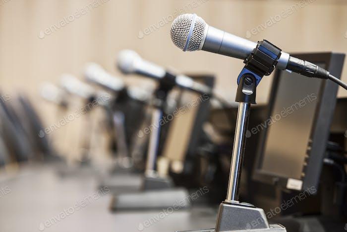 Micrófonos en una reunión política en el ayuntamiento.