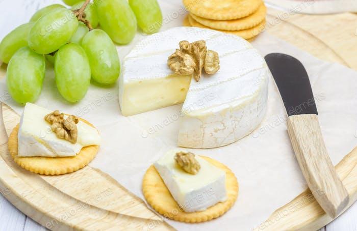 Weicher Brie Käse mit Crackern und Nüssen Nahaufnahme