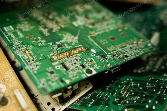 Parts of demounted gadgets examined by master of repair service
