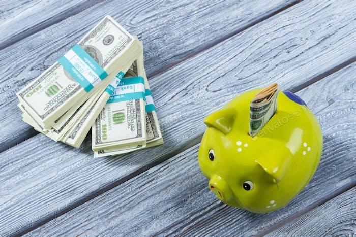 Gefaltete Dollar in Spardose