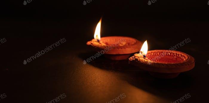 Fröhliche Diwali. Diya bunte Öllampen, dunkler Hintergrund
