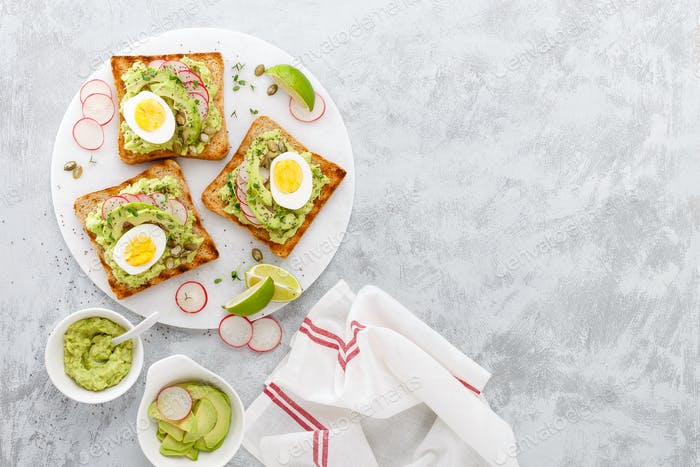 Toasts with avocado guacamole