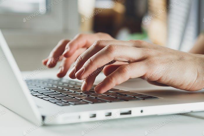 Frau-Hände arbeiten auf Laptop-Computer