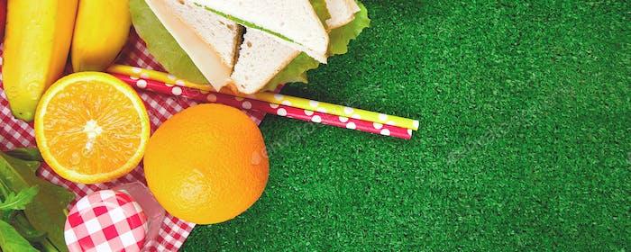 Banner mit Picknick auf dem Rasen. Sommerzeit. Flache Lag.