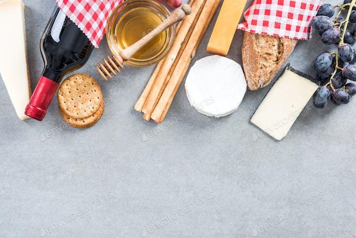 Gesunder Brunch mit Rotwein, Käse, Trauben und Honig